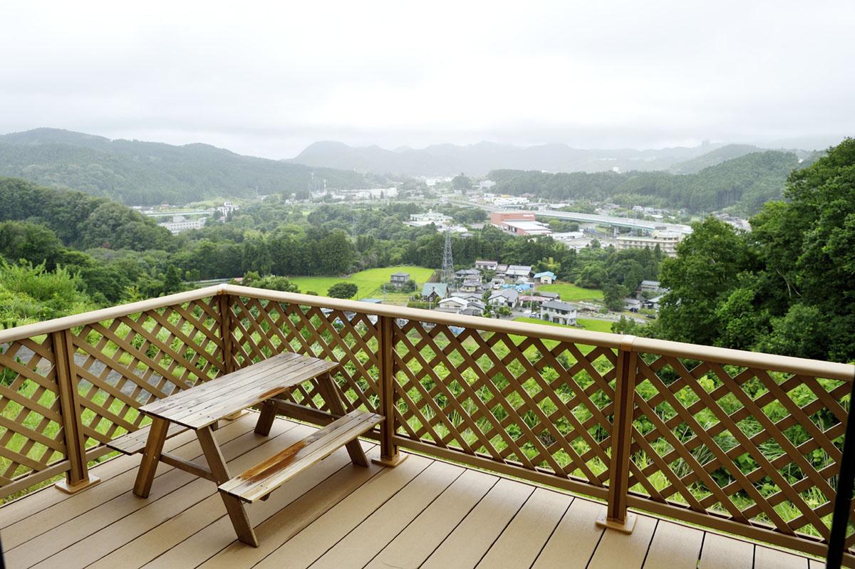 ウッドデッキからは美しい蔵王山の姿を望む見晴らしの良い風景が広がります。