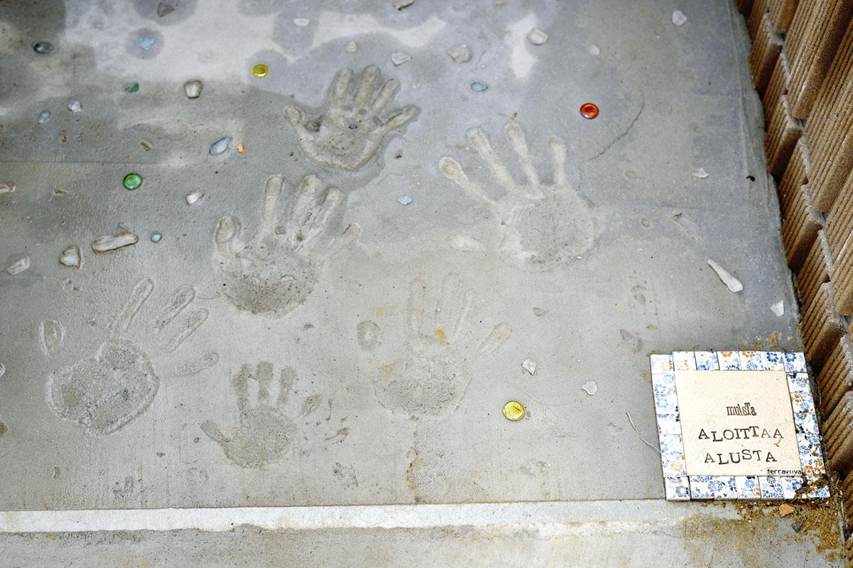 ご家族で記念に手形を残されたアプローチ。家族の絆が垣間見える微笑ましい演出です。