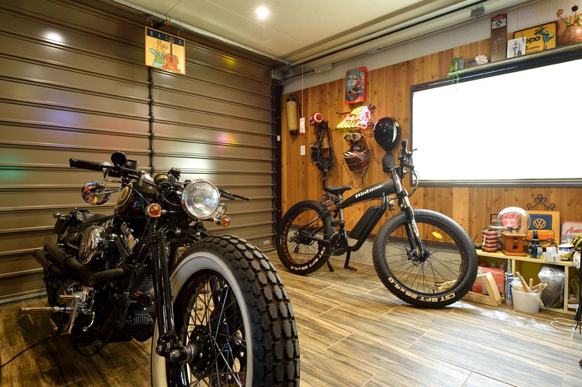 シャッターを締め切った状態でもリビングから直接入れるガレージは、バイクいじりが趣味の施主様にぴったりのつくり。
