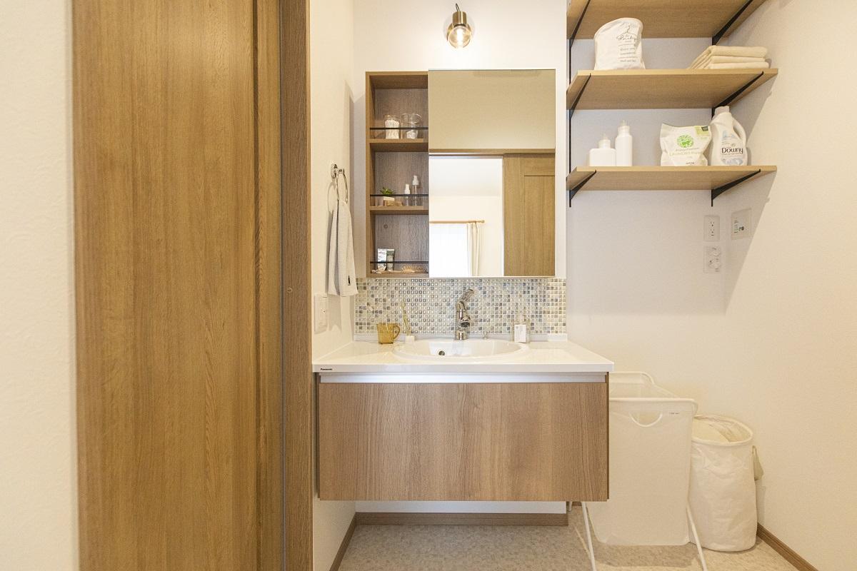 木目を基調とした洗面室も他のお部屋と統一感のあるナチュラルテイストに仕上げました。