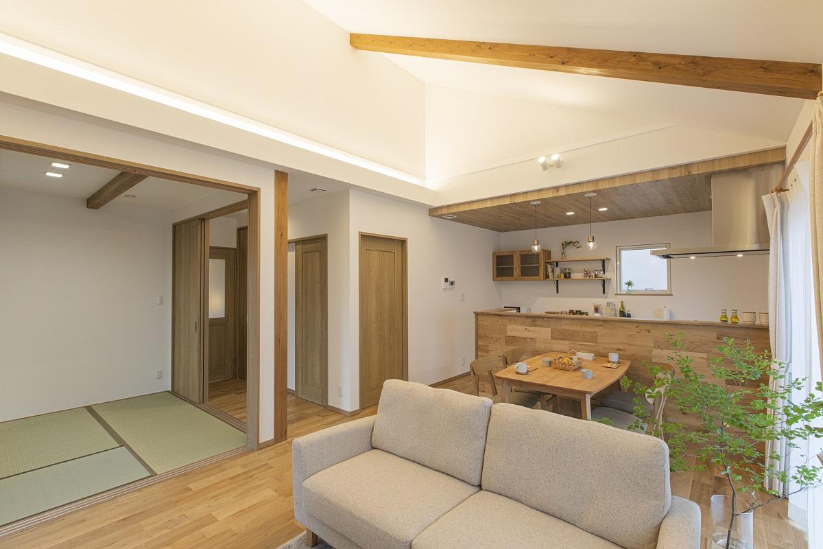 勾配天井の化粧梁や、キッチン等木目をデザインに取り入れました。