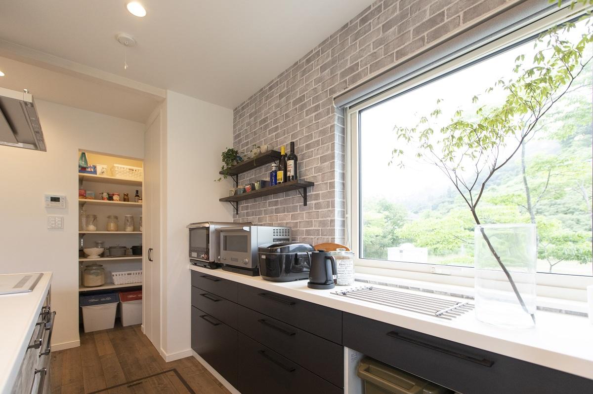 料理好きの奥さまのため、作業スペースをゆったりともたせたキッチン。